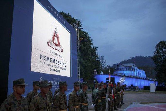 Các binh sĩ Thái Lan canh gác trước thềm sự kiện tưởng niệm các nạn nhân sóng thần Ấn Độ Dương ở Khao Lak, tỉnh Phang Nga hôm 25-12. Ảnh: Reuters