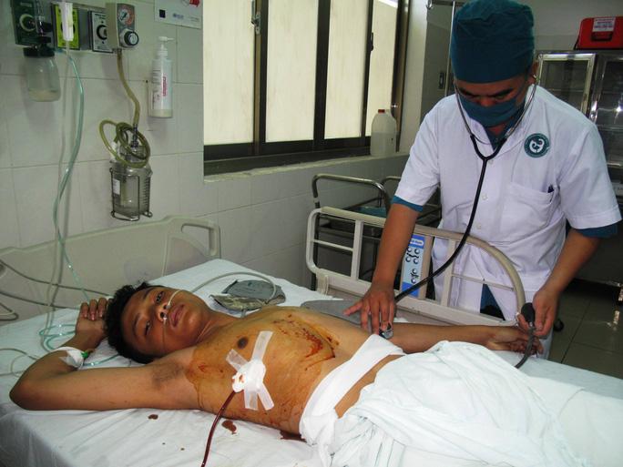 Trần Văn Thông đang được cấp cứu tại Bệnh viện đa khoa Phú Yên