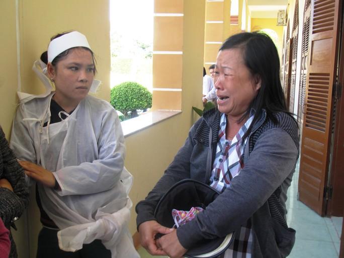 Một người dân không quen biết với gia đình bị hại Ngô Thanh Kiều bỗng oà khóc trước sảnh toà vì bức xúc trước hành động dùng nhục hình dẫn đến chết người của các sĩ quan công an