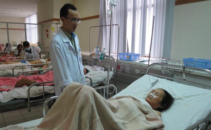 Bẹnh nhân Bùi Thị Kiều đang được chăm sóc sau  phẫu thuật. Ảnh Q.Nhật