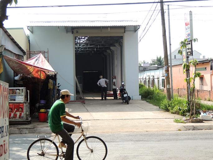 Tháo dỡ nhà kho đại lý bia của con trai ông Trần Văn Truyền