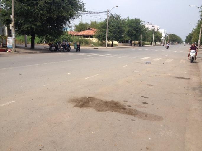 Vệt máu trước nhà D-03 đường số 6, phường Bình Chiểu, quận Thủ Đức, TP HCM, nơi tài xế Mạnh tử vong