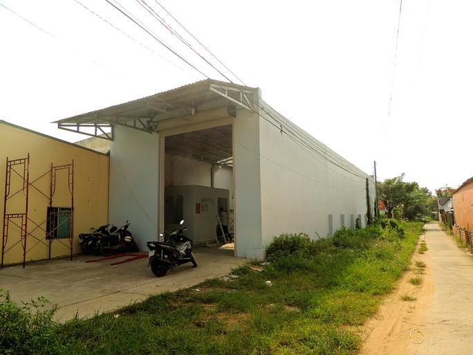Toàn cảnh gian nhà kho trên đường Nguyễn Thị Định đang được tháo dỡ - ảnh D.M.Phương