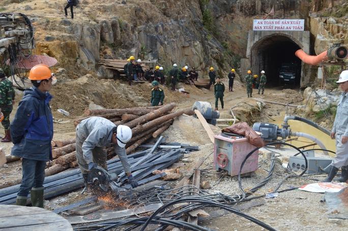 Lực lượng cứu hộ đã sử dụng hàng trăm mét khối gỗ để chống đỡ đường hầm