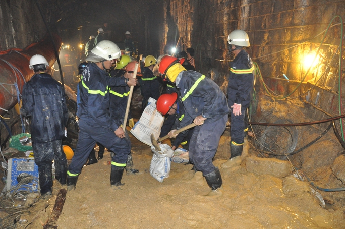 Lực lượng chức năng xúc cát đất từ đường hầm ra ngoài