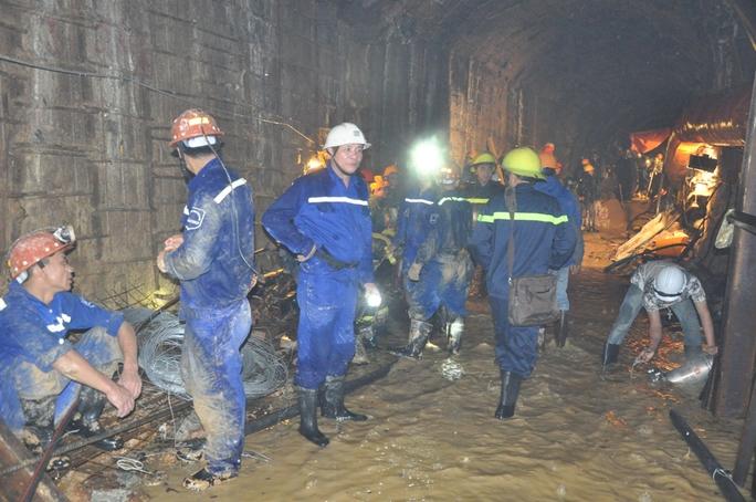 Hàng trăm người đã thay nhau đào hầm bất kể giờ giấc, mong sớm đưa các nạn nhân ra ngoài