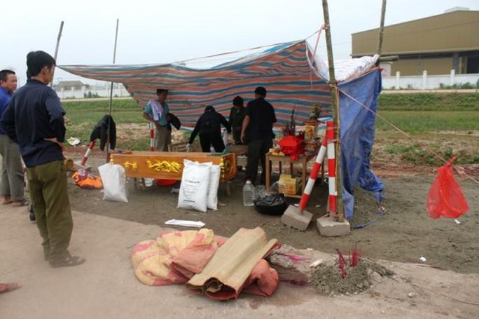 Lực lượng chức năng đang tiến hành làm thủ tục để đưa thi thể ông Văn về quê mai táng