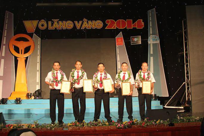"""5 tài xế tiêu biểu của Vinasun tại lễ trao giải """"Vô lăng vàng"""" năm 2014"""