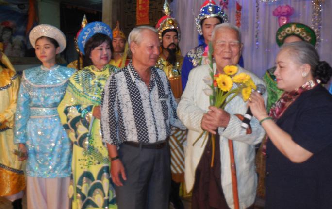 NSƯT Thanh Nguyệt mừng thọ nhạc sĩ Tám Lang 94 tuổi trong Đêm hội trăng rằm tại Khu dưỡng lão nghệ sĩ TP HCM tối 8-9