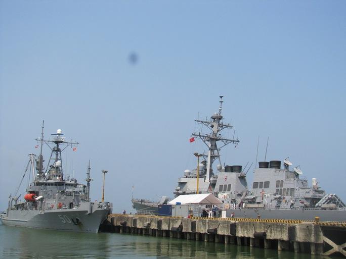 tàu khu trục USS John S. McCain và tàu cứu hộ USNS Safeguard của Mỹ đã cập cảng Tiên Sa, sáng 7-4