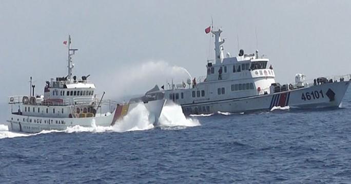 Tàu hải cảnh của Trung Quốc (phải) chạy song song ép hướng tàu kiểm ngư Việt Nam (trái)