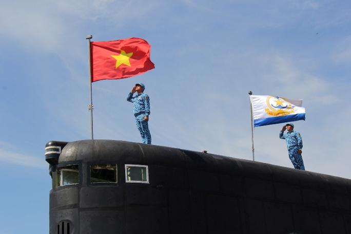 Cờ Tổ quốc và lá cờ Hải quân Nhân dân Việt Nam tung bay trên Tàu ngầm Kilo
