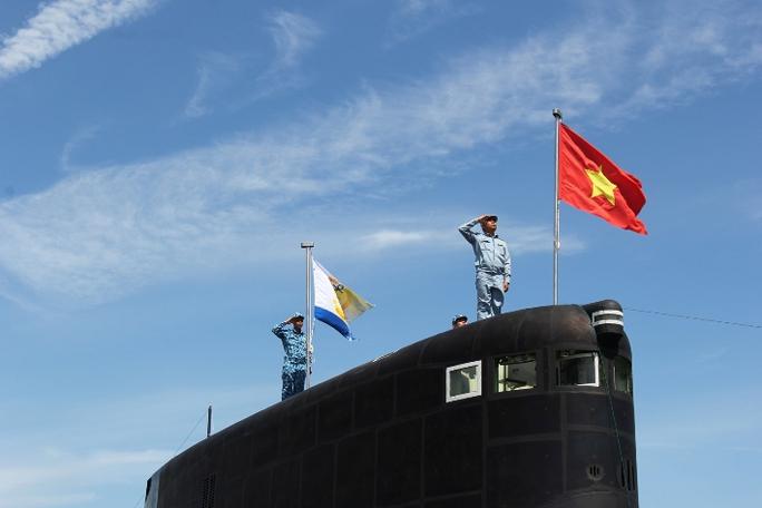 Luyện tập chuẩn bị cho Lễ thượng cờ quốc gia 2 tàu ngầm Kilo vào chiều 1-4
