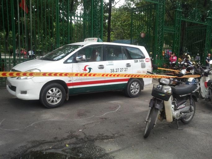 Taxi do tài xế Vinh đậu trước cổng Thảo Cầm viên trên đường Nguyễn Bỉnh Khiêm, phường Bến Nghé, quận 1 – TP HCM. Sau đó xảy ra việc cự cãi, ẩu đả và ông Lợi bị đâm chết.