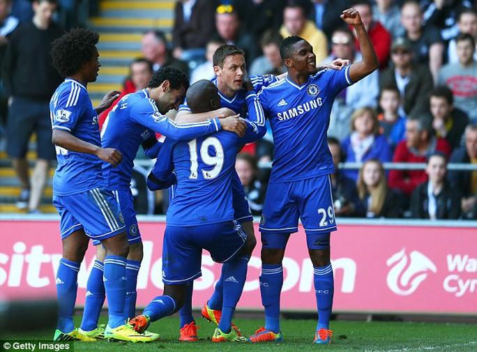 Các cầu thủ Chelsea ăn mừng bàn thắng của D.Ba