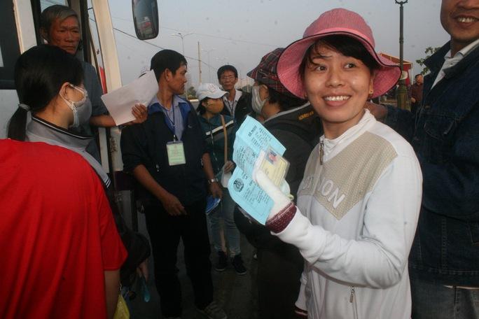 Niềm vui sum họp hiện rõ trên gương mặt của nữ công nhân Đặng Thị Nga, Công ty Đức Bổn         ẢNH: VĨNH TÙNG