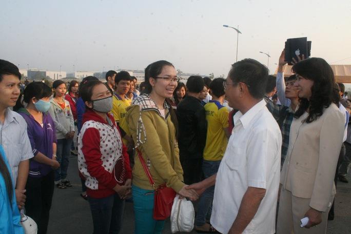 Ông Nguyễn Văn Rãnh, Trưởng Ban Dân vận Thành ủy và bà Nguyễn Thị Thu, Chủ tịch LĐLĐ TP, thăm hỏi công nhân về quê ăn Tết sáng 25-1     ẢNH: VĨNH TÙNG