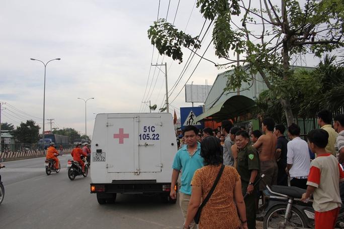 Xe của Công ty Môi trường Đô thị  TP có mặt đưa xác nạn nhân đi nơi khác.