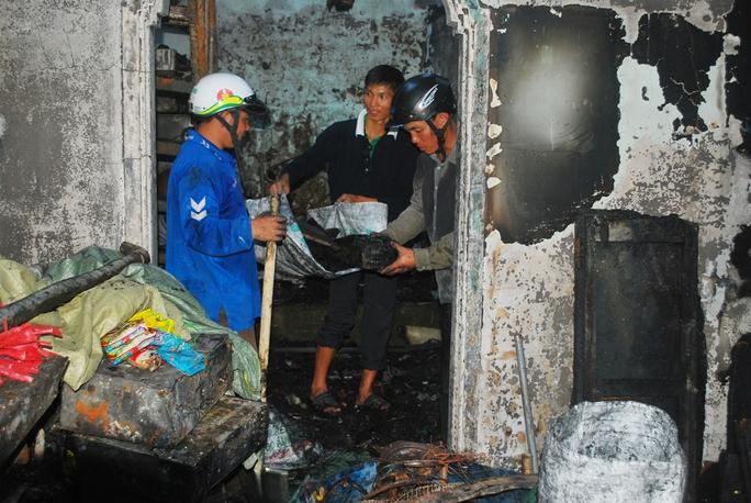 Các hộ dân đang thu dọn phế liệu sau vụ cháy.