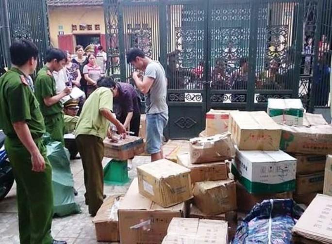 Lực lượng liên ngành Thanh Hóa đang lập biên bản xử lí số thuốc giả nguồn gốc Trung Quốc