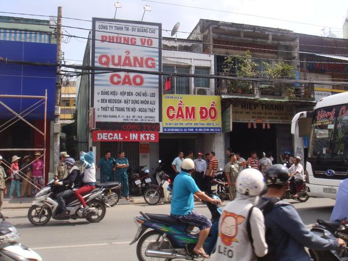 Công an đang thu thập thông tin tại khu vực nhà 817 Hậu Giang, phường 11, quận 6 – TP HCM vào chiều 23-9, sau khi xảy ra vụ giết người cướp xe.