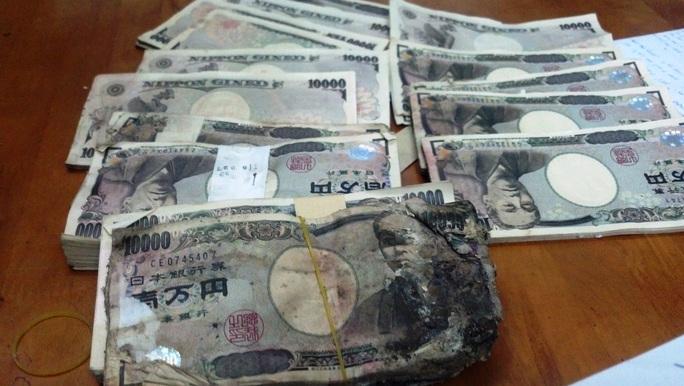 Số tiền Yên (Nhật) chị Hồng phát hiện sau khi mở chiếc Radio – Ampli cũ sét.
