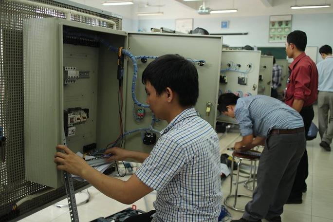Thí sinh thi thực hành tại hội thi Bàn tay vàng nghề điện công nghiệp TP HCM