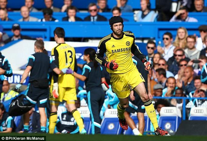 Petr Cech vào thay Courtois trong trận Chelsea thắng Arsenal ở vòng 7 Giải Ngoại hạng Anh