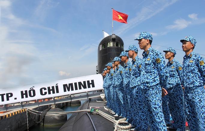 Cờ tổ quốc tung bay trên Tàu HQ-183 Thành phố Hồ Chí Minh