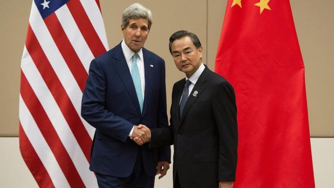 Ngoại trưởng Mỹ John Kerry và Ngoại trưởng Trung Quốc Vương Nghị tại Myanmar ngày 9-8. Ảnh: AP
