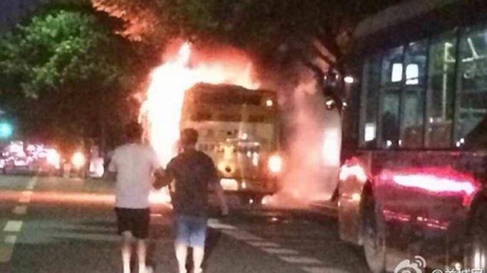 Chiếc xe buýt bốc cháy tối 15-7. Ảnh: Weibo