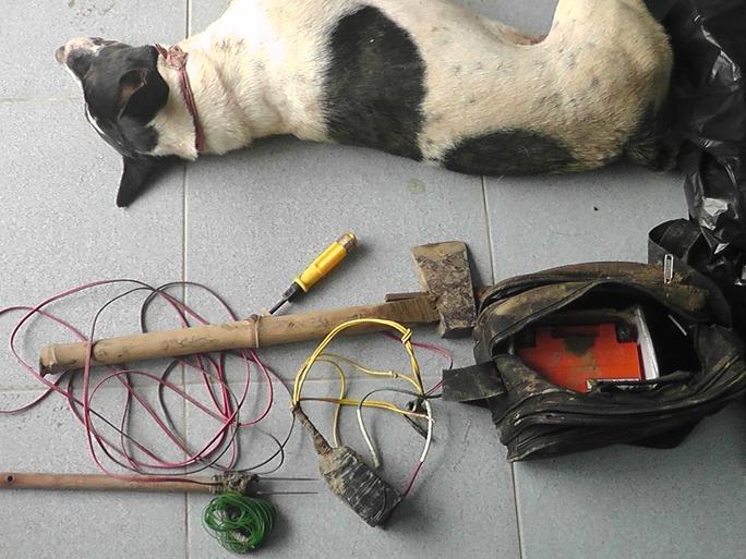 Súng tự chế và tang vật mà công an thu giữ trong một vụ trộm chó.