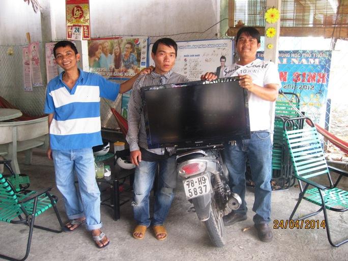 """""""Hiệp sĩ"""" Nguyễn Thanh Hải, Hồ Duy Tân bắt tên trộm Lê Viết Trung (đứng giữa) cùng tang vật vào chiều 24-4."""