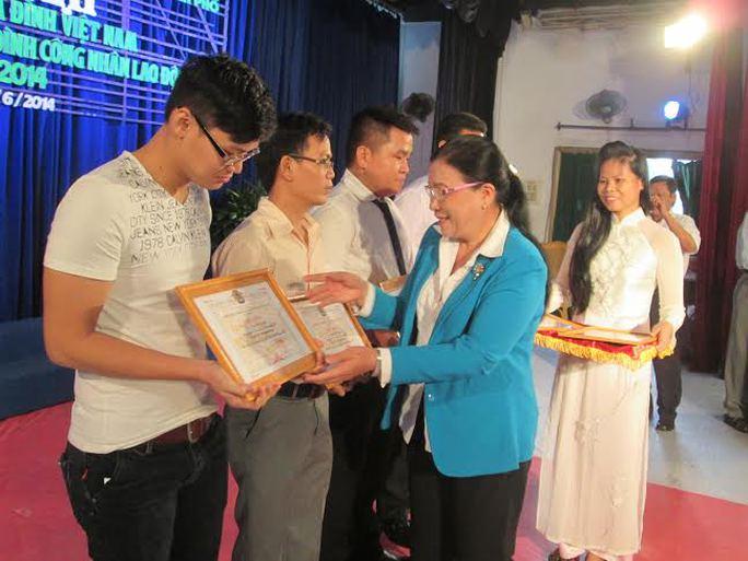Bà Nguyễn Thị Bích Thủy, Phó chủ tịch LĐLĐ TP, tặng giấy khen cho các gia đình công nhân các KCX-KCN