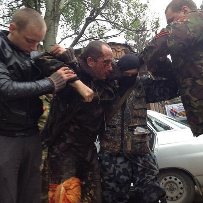Một phi công Ukraine bị thương khi chiếc Mi-8 bị bắn hư hại. Ảnh: RT