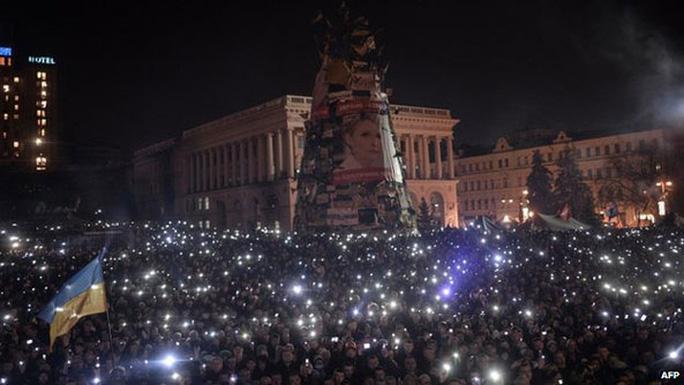 Hàng ngàn người biểu tình tập trung trên quảng trường Độc lập. Ảnh: AP