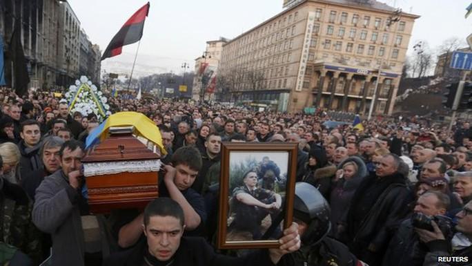 Người biểu tình mang theo quan tài chứa thi thể những người thiệt mạng. Ảnh: AP