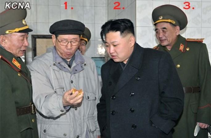 Số 1 Hwang Byong-so, số 2: nhà lãnh đạo Kim Jong-un, số 3: Tư lệnh Tên lửa chiến lược Bắc Triều Tiên Kim Rak-Gyom. Ảnh: KCNA