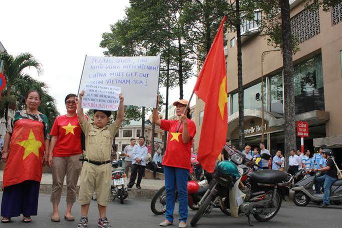 Bé Trần Minh Hào Hiệp giơ cao biểu ngữ của mình phản đối Trung Quốc xâm phạm chủ quyền Việt Nam
