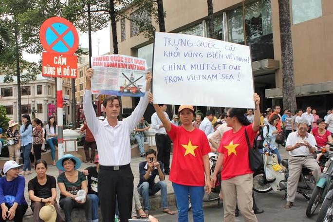 Ông Đặng VĂn Khoa, Ủy viên Ủy ban MTTQ TP HCM cũng đã có mặt từ sáng sớm, cùng người dân TP dự mít tinh phản đối Trung Quốc