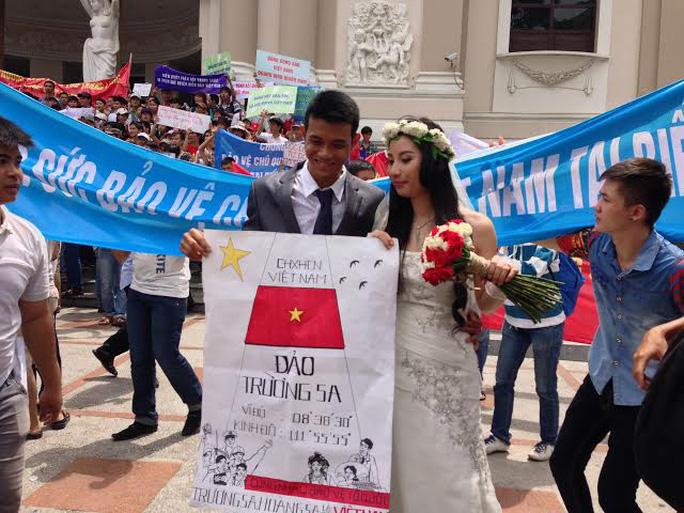 Cô dâu Lê Thị Kiều Duyên (26 tuổi) và chú rể Tô Trần Hải Đăng (22 tuổi) cũng tham gia mít tinh cùng người dân trong ngày trọng đại của đời mình
