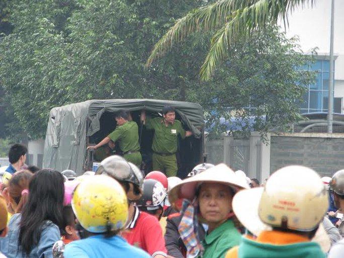 Một số đối tượng bị cảnh sát bắt giữ đưa lên xe