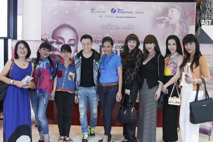 Hồng Ánh, đạo diễn Nguyễn Thị Thắm cùng các nghệ sĩ và khách mời tại buổi ra mắt
