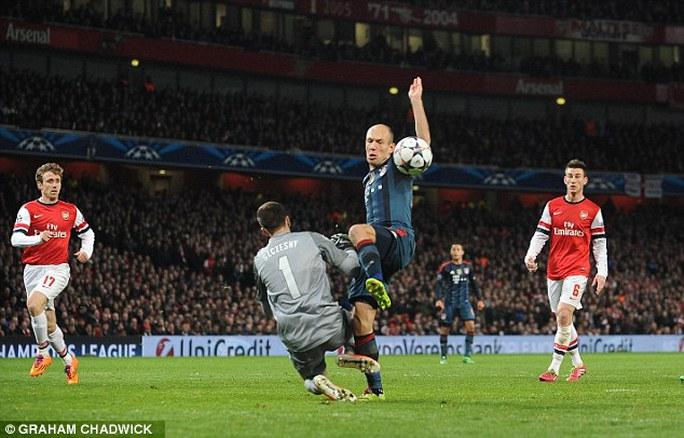 Pha bóng ăn vạ của Robben dẫn đến trận thua 0-2 của Arsenal trước Bayern