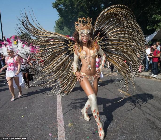 """Ro """"béo"""" vàng rực ở lễ hội Carnival"""