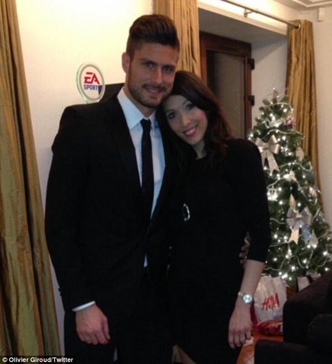 O. Giroud và vợ trong lễ Giáng sinh năm 2013