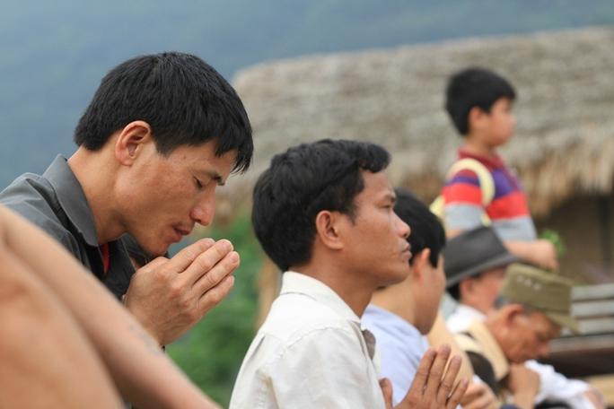 Sau gần 10 giờ hành lễ, hàng ngàn Phật tử vẫn ở lại cùng Pháp Vương tại Đại đàn Chuyển di tâm thức, siêu độ hương linh anh hùng liệt sĩ và nạn nhân thiên tai thảm họa.
