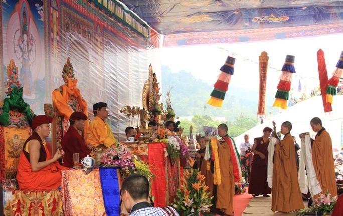 Các sư thầy tại chùa Phù Nghì (Tây Thiên) dâng khăn ca-ta hành lễ