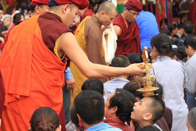 Nhiếp Chính Vương Thuksey Rinpoche kiên trì đi tới tận chỗ ngồi của nhiều người dự lễ để làm nghi thức gia trì trong hàng giờ đồng hồ