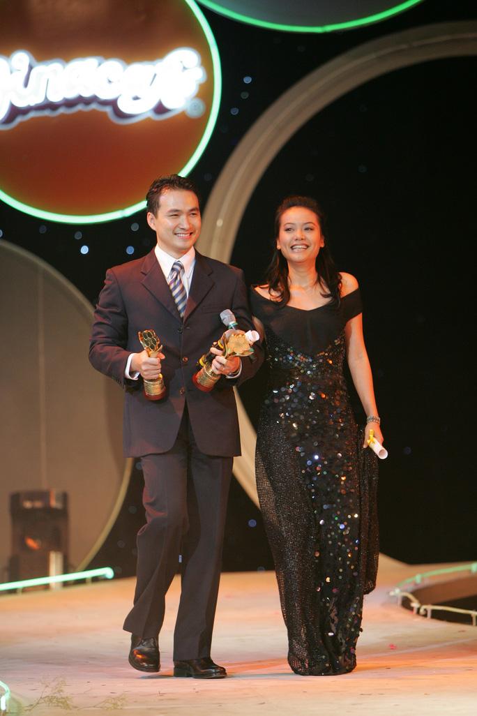 Cùng Hồng Ánh làm khách mời trao giải tại Mai Vàng 2010